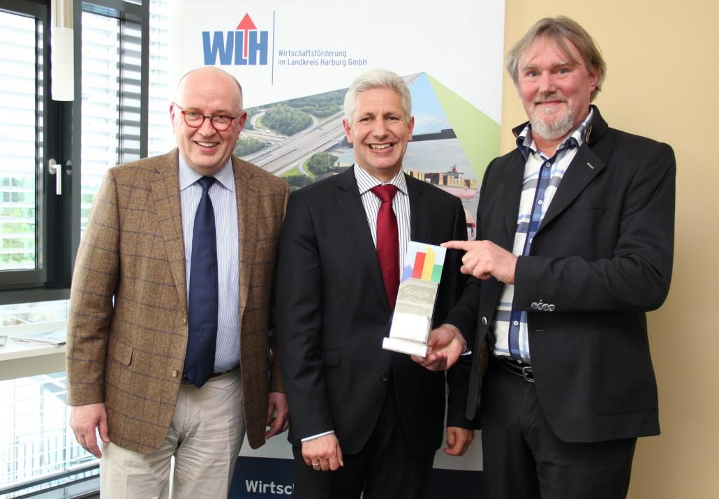Andreas Bendt (Helmut Feldtmann GmbH), Landrat Rainer Rempe und Alfred Meyer (EMH Energie-Messtechnik GmbH)